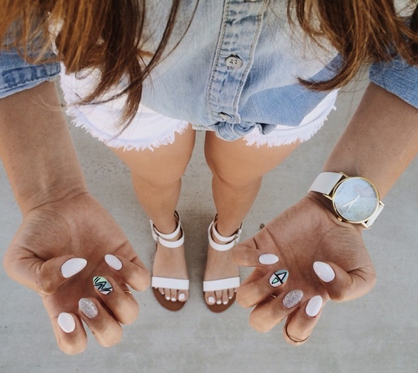 white-almond-graphic-nails.png